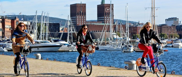 syklister Aker Brygge foto VisitOSLO Rod Costa