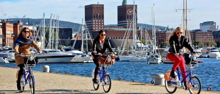 syklister Aker Brygge foto VisitOSLO Rod Costa